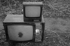 Zwei alte Fernseher auf der Straße Stockfotografie