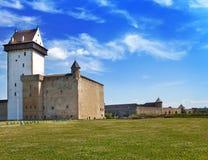 Zwei alte Festungen auf den Parteien vom Fluss, der Grenze ist. Narva, Estland und Ivangorod Stockfotos