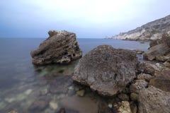 Zwei alte Fluss-Steine auf der Seeküste Stockfotografie