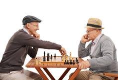 Zwei alte Freunde, die ein Spiel des Schachs spielen Lizenzfreies Stockfoto