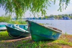 Zwei alte hölzerne Boote auf dem Ufer Stockbild