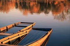 Zwei alte hölzerne Boote auf See Lizenzfreie Stockfotos