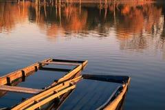 Zwei alte hölzerne Boote auf See Stockfotos