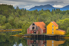 Zwei alte hölzerne Lager in Norwegen Stockbilder