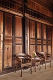 Zwei alte hölzerne Stühle im Raum Lizenzfreies Stockfoto