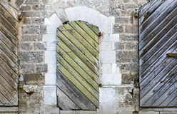 Zwei alte hölzerne Türen, Riga, Lettland Stockfotos