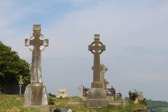Zwei alte keltische Kreuze im Friedhof Stockfotografie