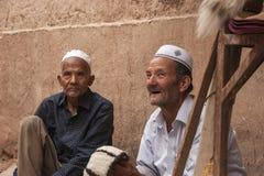 Zwei alte Männer, die handgemachte Hüte verkaufen stockbild