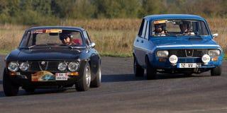 Zwei alte Rennwagen Stockfotos