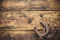 Zwei alte rostige Hufeisen Stockbilder
