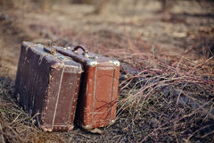 Zwei alte schäbige Koffer Stockfotos