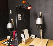 Zwei alte Schwarzweiss-Vergrößerungsgeräte in einer Dunkelkammer Stockfotografie