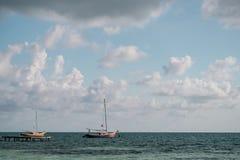 Zwei alte Segelboote auf den Karibischen Meeren Stockbild