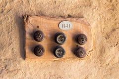 Zwei alte Sockel und vier Schalter auf hölzerner Platte а stockfotos