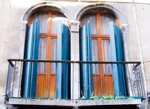 Zwei alte Türfenster mit einem etwas gekrümmten Balkon stockbilder