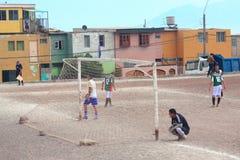 Zwei Amateurfußballteams spielen auf dem Feld herein Lizenzfreie Stockbilder