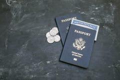 Zwei amerikanische Pässe und Sozialversicherungskarte auf schwarzem Hintergrund Lizenzfreie Stockfotografie