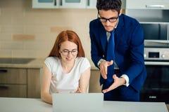 Zwei Analytiker, die on-line-Daten vor Laptop besprechen Stockbilder