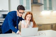 Zwei Analytiker, die on-line-Daten vor Laptop besprechen Lizenzfreie Stockfotografie