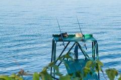 Zwei Angeln auf dem Hintergrund des Flusses Lizenzfreie Stockfotografie