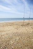 Zwei Angeln gehämmert auf den Strandsand Lizenzfreies Stockbild