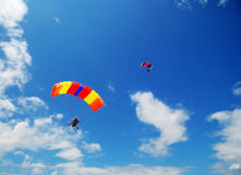Zwei angeschaltene Fallschirme Stockbild