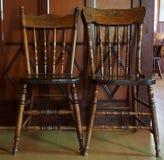 Zwei antike Pressback-Stühle Stockfoto
