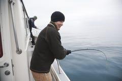 Zwei anziehende Fische des glücklichen Fischers in Alaska Lizenzfreie Stockfotos