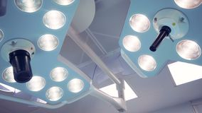 Zwei arbeitende chirurgische Lampen unregelmäßige Form stock video footage