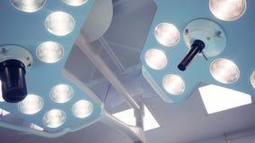 Zwei arbeitende chirurgische Lampen unregelmäßige Form Technologisch fortgeschrittener Operationsraum ohne Leute stock footage