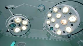 Zwei arbeitende medizinische Lampen, die unter der Decke hängen stock video footage