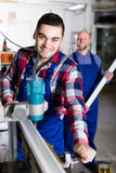 Zwei Arbeiter in PVC-Shop Stockbild