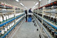 Zwei Arbeitskräfte, die in der Textilwerkstatt arbeiten Stockbild