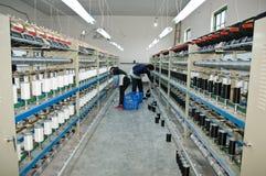 Zwei Arbeitskräfte, die in der Textilwerkstatt arbeiten Stockbilder