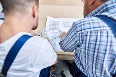 Zwei Arbeitskräfte, die Entwürfe betrachten stockfoto