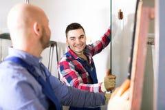 Zwei Arbeitskräfte, die mit Glas arbeiten Lizenzfreies Stockfoto