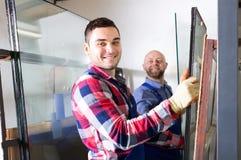 Zwei Arbeitskräfte, die mit Glas arbeiten Stockfoto