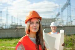 Zwei Arbeitskräfte, die schützenden Sturzhelm tragen stockbild