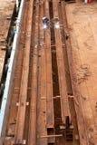 Zwei Arbeitskräfte, die Stahl schweissen Stockfotos
