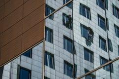 Zwei Arbeitskräfte waschen die Fenster auf einem hohen Gebäude lizenzfreie stockfotografie