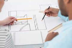 Zwei Architekten, die Details des Planes besprechen lizenzfreies stockbild