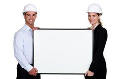 Zwei Architekten mit Plakat stockbilder
