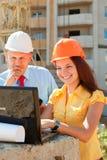 Zwei Architekten vor Baustelle stockfotos