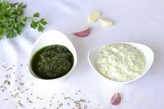 Zwei Arten Soße - Pesto und Jogurt Stockfotos