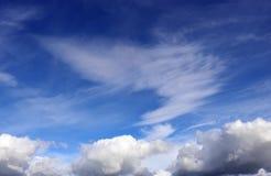 Zwei Arten weiße Wolke gegen einen blauen Himmel Lizenzfreie Stockfotografie