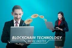 Zwei asiatische Geschäftsleute, die virtuelles Geld mit Laptop übertragen Stockfotos