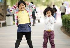 Zwei asiatische kleine Mädchen im Freien Stockfotografie