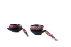 Zwei asiatische Schüsseln und Ess-Stäbchen stockfotografie