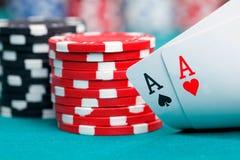 Zwei Asse und spielende Chips Lizenzfreie Stockfotografie