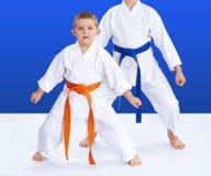 Zwei Athleten auf einem blauen Hintergrund im Gestell von Karate stockfoto